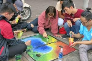Sinh viên kiến trúc 'vẽ áo' cho nắp cống