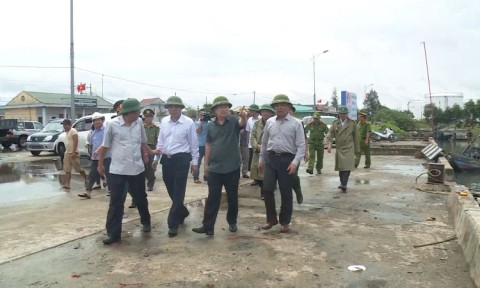 Phó Thủ tướng Trịnh Đình Dũng thị sát, chỉ đạo công tác ứng phó với bão số 10 tại Quảng Bình