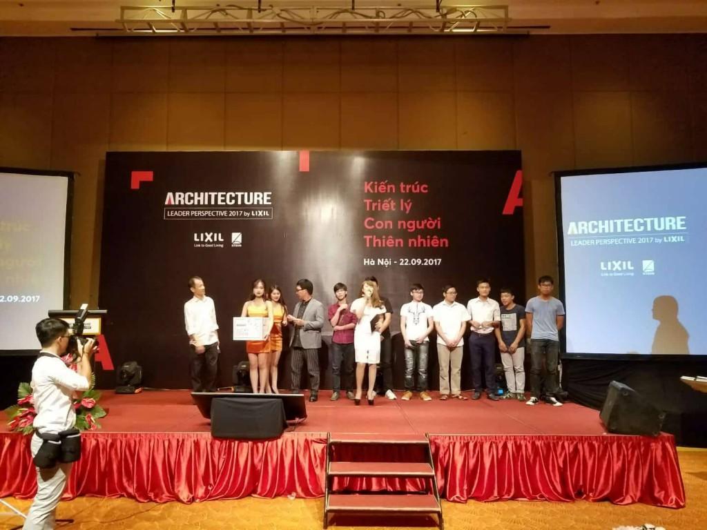 Kts Hoàng Thúc Hào và Kts Lê Trương tặng Kỷ yếu ALD 2017 cho sinh viên