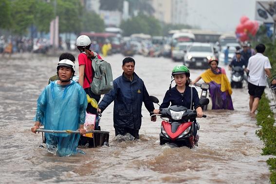 Ngập nước trên tuyến phố Thái Hà (Đống Đa, Hà Nội)