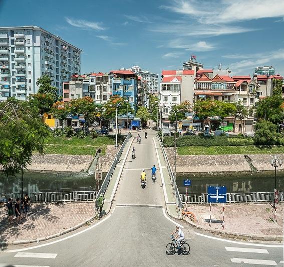 Không gian khu phố mới với các kiến trúc nhà ống và chung cư cao tầng