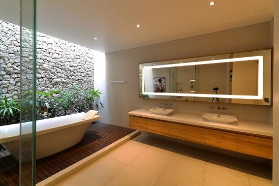 Trang trí phòng tắm với ánh sáng và vật liệu tự nhiên