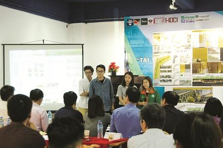 Các nhóm sinh viên thuyết trình phương án thiết kế Tái thiết không gian đô thị bị chuyển đổi trong đô thị