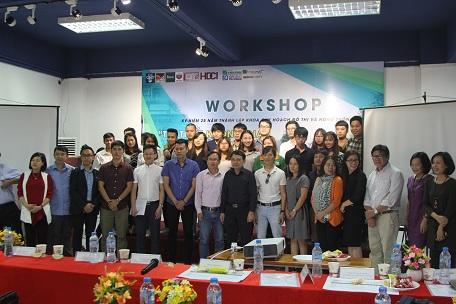 Ban giám khảo và các nhóm sinh viên đạt giải tại buổi bảo vệ phương án thiết kế trong khuôn khổ Hội thảo