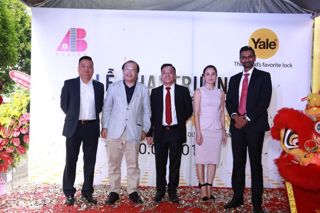 Đại diện 2 bên trong buổi họp báo công bố thông tin An Biên Group chính thức phân phối sản phẩm khoá và phụ kiện cửa thương hiệu Yale tại Việt Nam