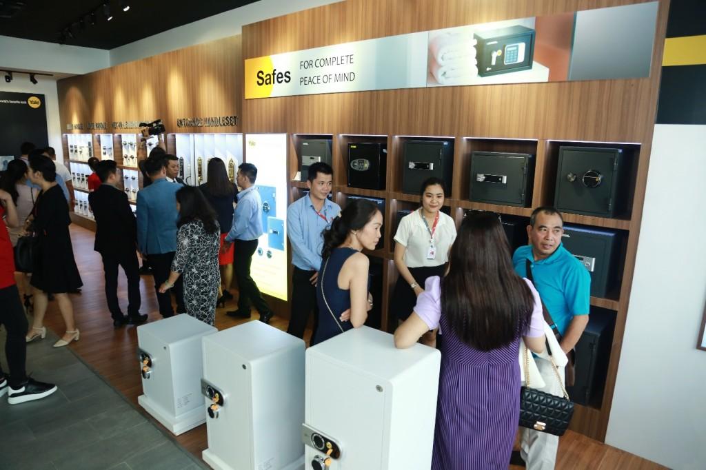 Showroom giới thiệu và bày bán đầy đủ các sản phẩm Yale phân phối tại Việt Nam.