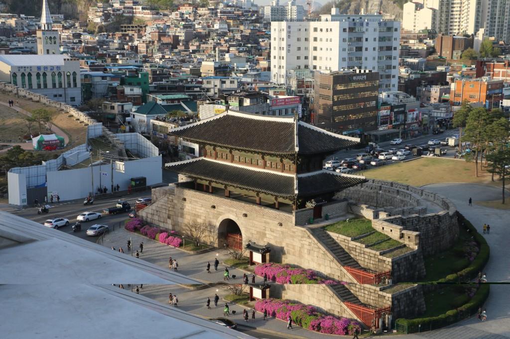 i sản đô thị công thành Dongdaemun được bảo tồn  tại trung tâm đô thị TP Seoul Hàn Quốc, trở thành một biểu tượng thương hiện đô thị