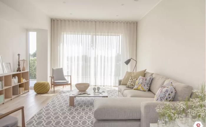 Đối với những phòng khách nhỏ hẹp, việc lựa chọn bộ ghế sofa lớn sẽ choán hết diện tích của căn phòng. Bạn nên chọn những bộ ghế sofa thấp, có kích thước vừa phải để bài trí trong phòng khách.