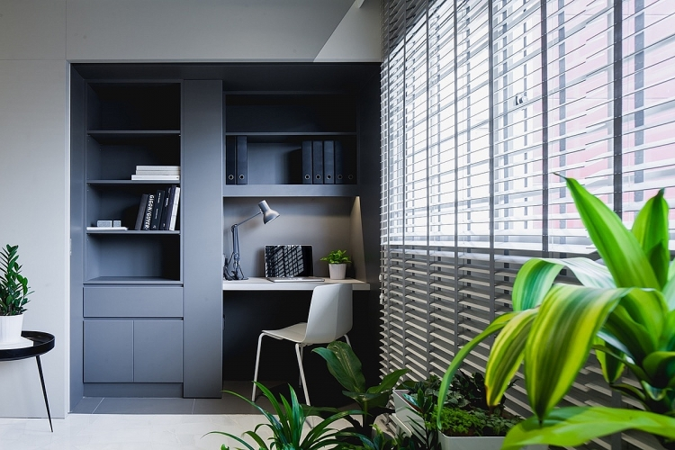 Nếu bạn yêu thích góc làm việc màu tối giống chủ nhân của căn hộ này, hãy chú ý đến lượng ánh sáng và trồng thêm cây xanh để cân bằng thị giác.