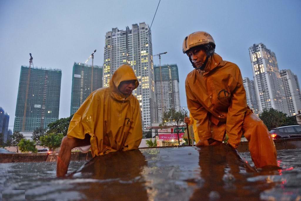 Công nhân cấp thoát nước đô thị phải tích cực dọn cống để chống ngập trên đường  Nguyễn Hữu Cảnh (TP.HCM). Ảnh TL: Tùng Tin - Zing