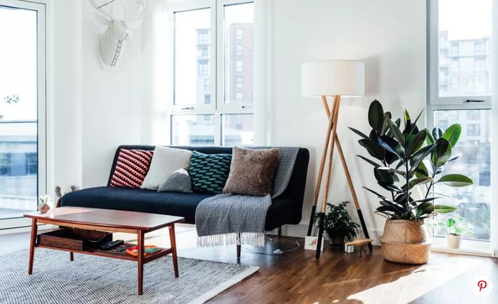 Trong phòng khách nhỏ, bạn nên hạn chế sử dụng những đồ nội thất tối màu. Thay vào đó, hãy kết thân với các loại nội thất sáng màu để tạo cảm giác thoáng, rộng cho không gian phòng khách.