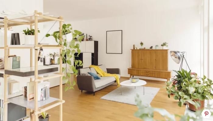 Trong phòng khách nhỏ, bạn không nên kê quá nhiều loại tủ để cất trữ đồ đạc. Hãy tối ưu hóa không gian phòng khách bằng việc sử dụng những chiếc tủ cất trữ đồ đạc cao hoặc liền tường.