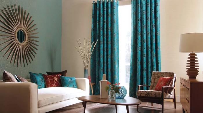 Trong phòng khách nhỏ, bạn không nên bài trí đồ đạc có quá nhiều màu sắc. Hãy lựa chọn tối đa 2 đến 3 màu cho toàn bộ phòng khách.