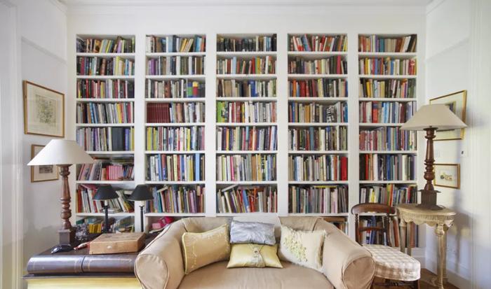 Những chiếc giá cao chạm trần nhà thực sự sẽ phát huy tác dụng trong căn phòng khách nhỏ hẹp.