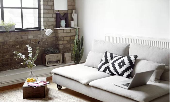 Sử dụng nội thất với gam màu tươi sáng thực sự sẽ giúp không gian phòng khách nhà bạn rộng và cao hơn nhiều phần.