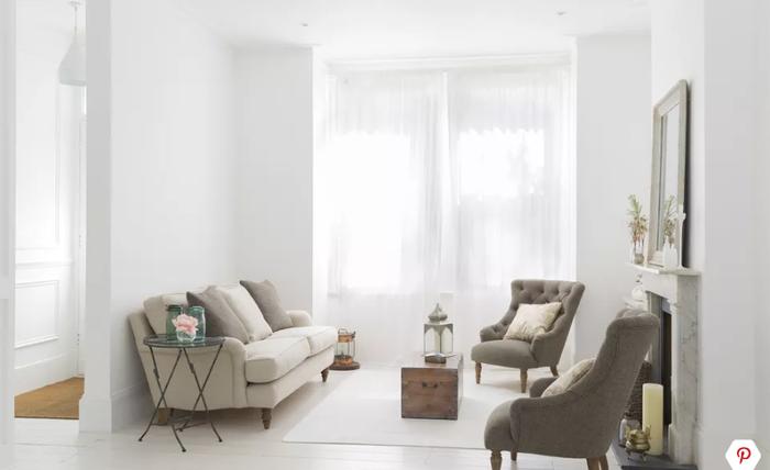 Giống như với nội thất sáng màu, tấm rèm tươi sáng sẽ giúp phòng khách nhà bạn trông rộng và thoáng hơn bội phần so với diện tích thực.
