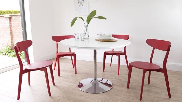 Bàn ăn tròn là lựa chọn lý tưởng cho không gian nhỏ, đem đến những cuộc họp mặt thân mật với gia đình và bạn bè, trong khi màu sắc sống động của ghế ăn sẽ làm sáng lên bất kỳ không gian ăn uống nào.