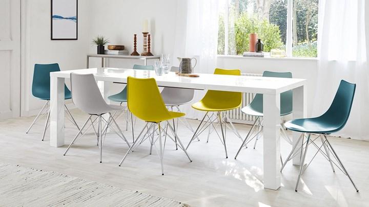 Bàn ăn thiết kế đơn giản, màu sắc tươi sáng có thể sử dụng cho nhiều người cùng lúc. Bàn còn có thể làm bàn tiệc chiêu đãi khách vào cuối tuần.