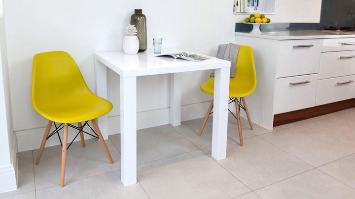 Nếu phòng ăn nhỏ, đừng ngần ngại sắm một chiếc bàn 2 ghế đặt ở gần bếp để làm bàn ăn sáng hoặc thưởng thức tách cà phê, ghế ăn màu sắc tạo điểm nhấn giúp căn bếp bớt tẻ nhạt.