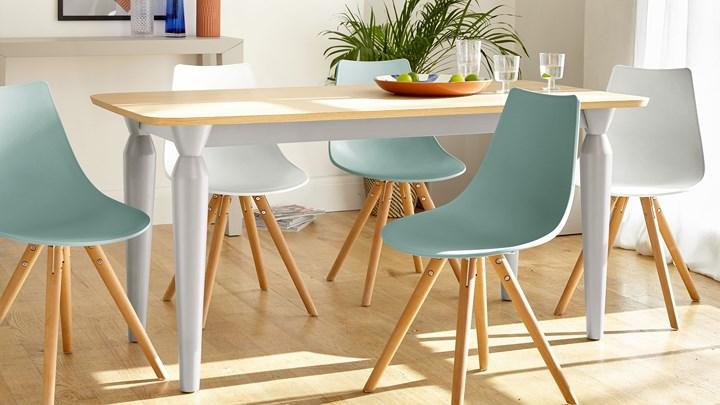 """Ghế ăn thiết kế theo phong cách hiện đại với hai gam màu chủ đạo là xanh dương và màu be, chân bàn có cùng màu sắc với ghế tạo sự """"đồng điệu"""" và cá tính."""