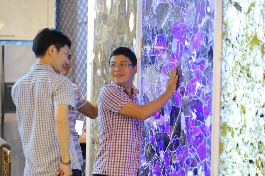 Đá xuyên sáng thu hút sự quan tâm của khách đến dự triển lãm
