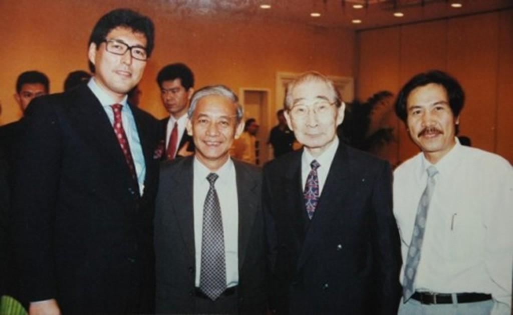 Từ trái sang phải: Các KTS – Paul Noritaka Tange, Lê Văn Năm, Kenzo Tange, Ngô Doãn Đức. – Ảnh: KTS Đoàn Đức Thành.
