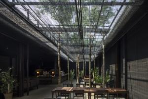Nhà hàng bóng râm – nơi thoát khỏi sự phát triển chóng mặt của đô thị nhờ vật liệu quen thuộc