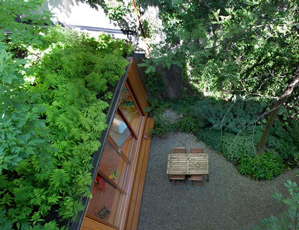 Nhìn từ bên ngoài, căn nhà như nằm gọn trong thiên nhiên xanh mát