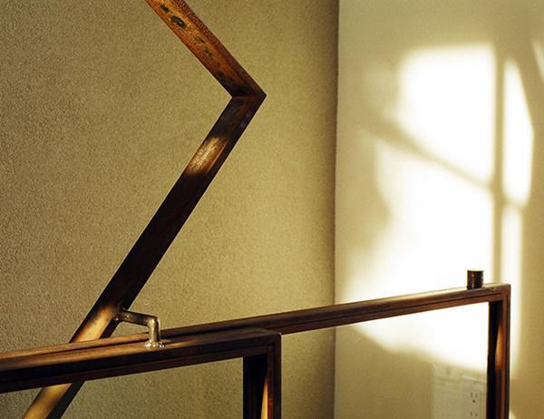 Cầu thang được thiết kế với phần tay vịn tối giản, chủ yếu sử dụng màu nâu gỗ hài hòa với tông tường trắng