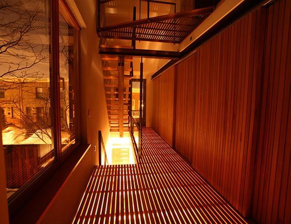 Ánh sáng vàng khá phổ biến và được sử dụng nhiều trong không gian cá nhân. Nó tạo cảm giác dễ chịu, ấm áp cho cả không gian căn nhà