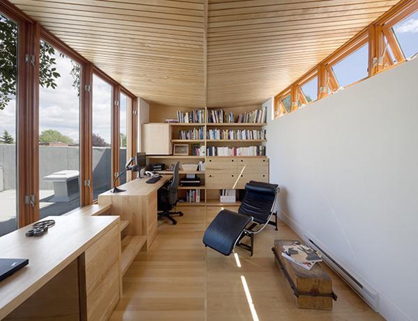 Góc phía tây của của căn nhà dùng các cửa kính lớn, cho phép ánh sáng tự nhiên chiếu vào và lọc xuống cả tầng trệt