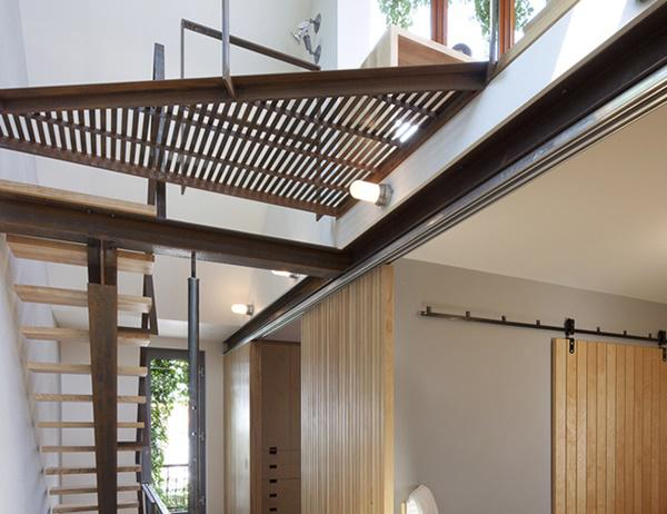 Cầu thang là khu vực được sử dụng nhiều trong nhà bởi đây là điểm kết nối các không gian trong ngôi nhà với nhau. Chính vì vậy mà nó thường được chăm chút trong thiết kế và yêu cầu cao trong thẩm mỹ.