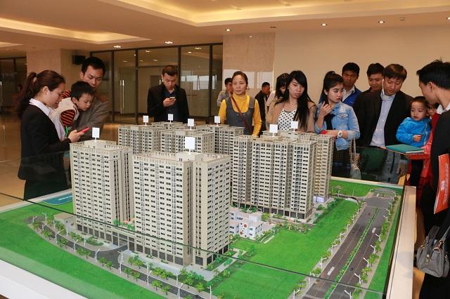 Khách hàng tham khảo sa bàn dự án Nhà ở xã hội tại quận Hà Đông. Ảnh: Phạm Hùng
