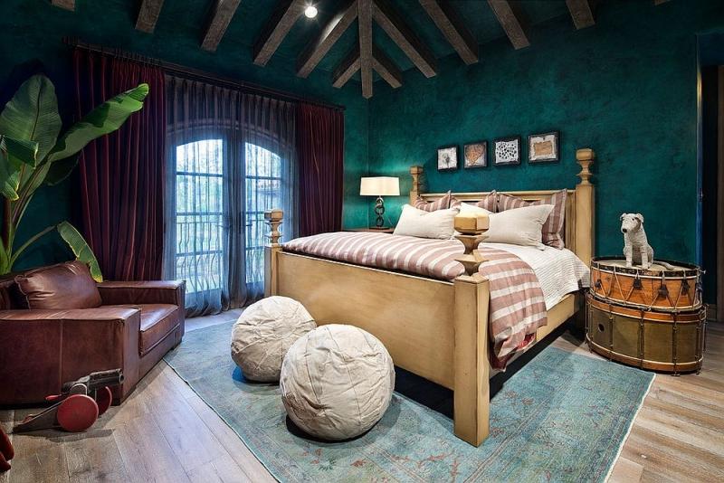 Mảng tường xanh lạ mắt kết hợp nội thất sáng màu giúp căn phòng cân bằng tông màu. (Ảnh: Internet)