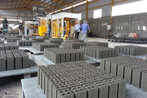 Gạch không nung là một loại vật liệu xây dựng bền vững đang được hưởng nhiều chính sách ưu tiên (Ảnh TL)