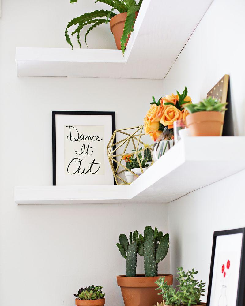 Giá treo màu trắng giúp căn phòng của bạn trở nên gọn gàng, đẹp mắt.
