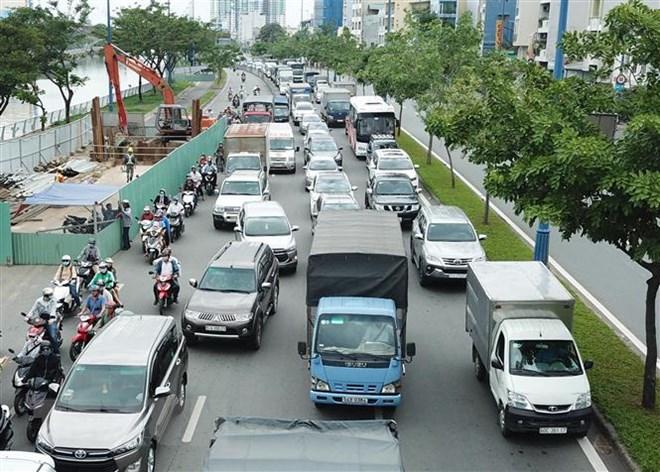 Các phương tiện di chuyển trên đại lộ Võ Văn Kiệt ở Thành phố Hồ Chí Minh. (Ảnh: Hoàng Hải/TTXVN)