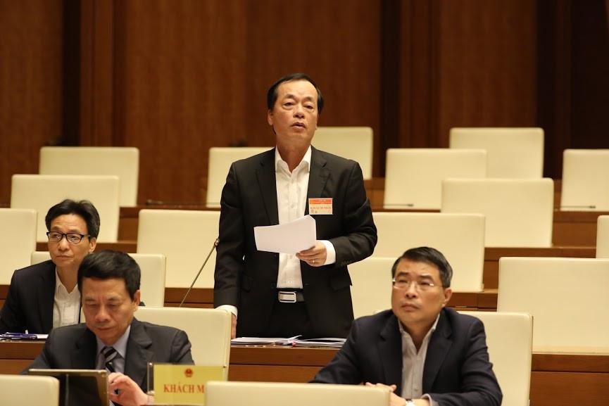 Bộ trưởng Bộ Xây dựng Phạm Hồng Hà trả lời chất vấn sáng 30/10. Ảnh: Quốc Khánh
