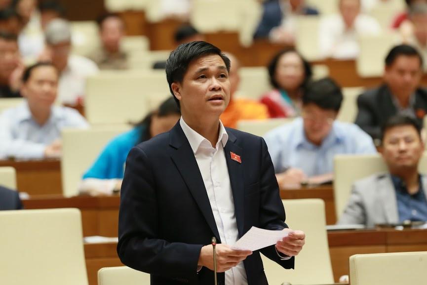 ĐBQH Ngọ Duy Hiểu - Phó Chủ tịch Tổng Liên đoàn Lao động Việt Nam đặt câu hỏi chất vấn Bộ trưởng Bộ Xây dựng Phạm Hồng Hà. Ảnh: Quốc Khánh