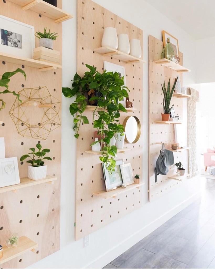 Nếu bạn thấy phòng riêng của mình quá lộn xộn và bừa bộn, hãy gắn những miếng ván có đục lỗ trên tường để tự tạo cho mình những chiếc giá treo nhỏ xinh, phù hợp. Bạn sẽ có thêm không gian cho bình hoa, cây cối, gương, khung ảnh...
