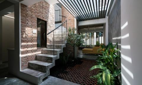 Ngôi nhà gạch mộc ở Sài Gòn đẹp giản dị trên báo Tây