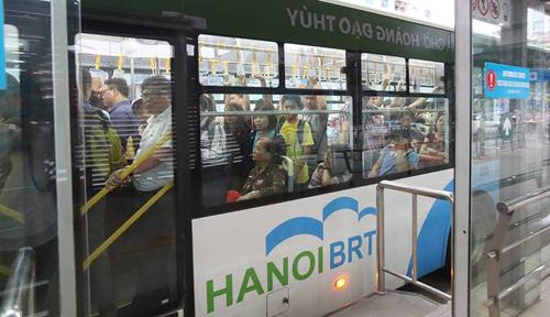 Tuyến xe buýt nhanh BRT Kim Mã - Yên Nghĩa thường đông khách vào giờ cao điểm buổi chiều. Ảnh: Ngọc Thành.