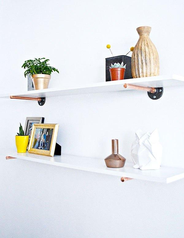 Hãy tận dụng những chiếc ống bằng thép, đồng còn sót lại để làm chiếc giá treo này. Tuy nhiên, bạn cần kỹ năng xây dựng cơ bản để gắn chiếc ống thật vững chắc trên tường nhà.