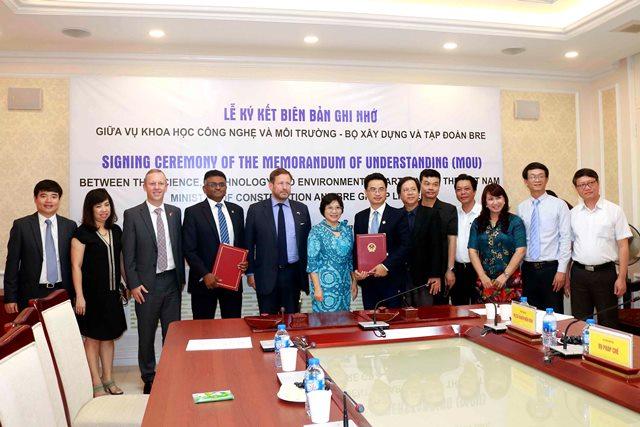 Thứ trưởng Phan Thị Mỹ Linh chụp ảnh lưu niệm cùng Đặc phái viên Edward Vaizey, Đại sứ Gareth Ward và các đại biểu tham dự