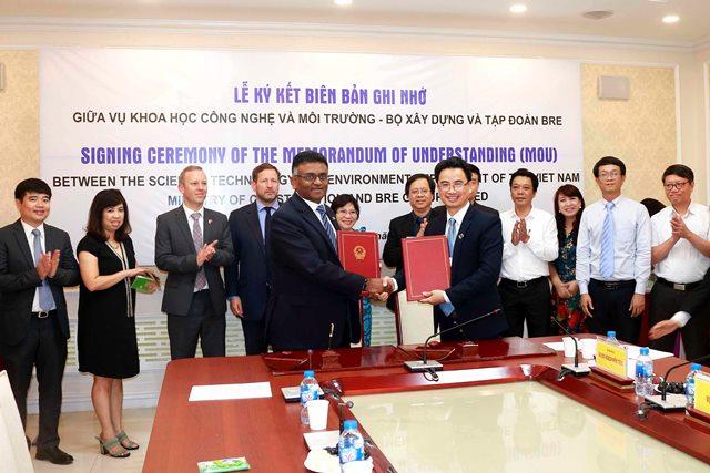 Vụ trưởng Vụ KHCN và môi trường Vũ Ngọc Anh và giám đốc Tập đoàn BRE châu Á Thái Bình Dương ký Biên bản ghi nhớ