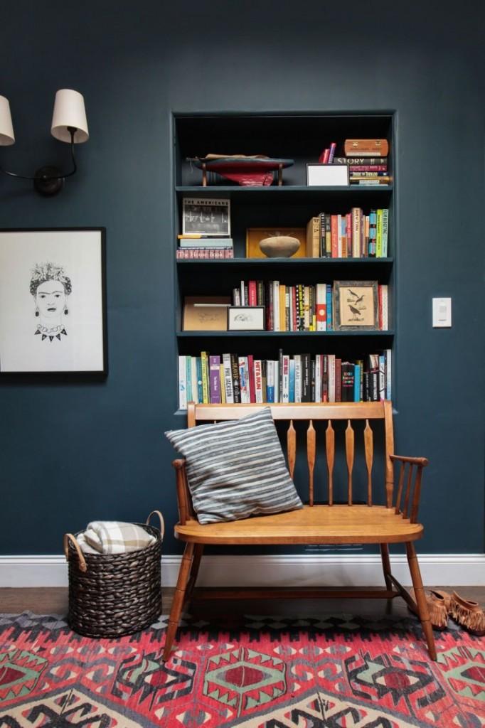 Màu sắc khá trầm và tối đủ tạo nên một không gian ấm cúng, được tổ điểm bởi chiếc thảm rực rỡ. Ngồi nơi đây trong những ngày đông lạnh giá là một điều tuyệt vời.