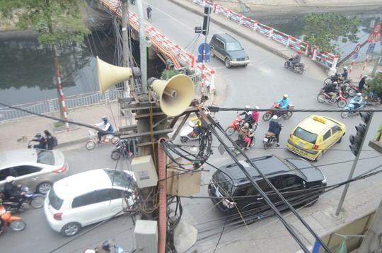 Loa phường là nỗi phiền toái với nhiều người dân - Ảnh: Nguyễn Hưởng