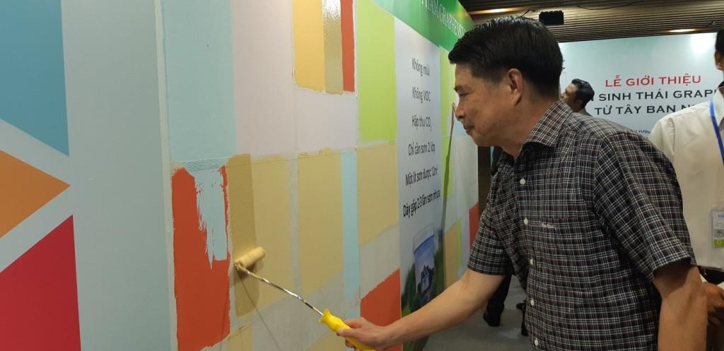 Khách hàng đang trải nghiệm sản phẩm sơn Graphenstone trong dịp ra mắt tại TP Hồ Chí Minh.