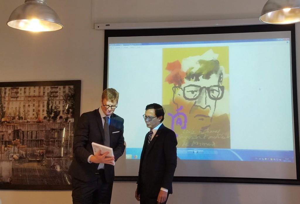 Hiệu trưởng trường đại học Normandie (CH Pháp) trân trọng giới thiệu và  trao tặng Thứ trưởng Bộ Xây dựng Nguyễn Đình Toàn cuốn sách kỷ niệm về cải tạo và bảo tồn công trình di sản kiến trúc