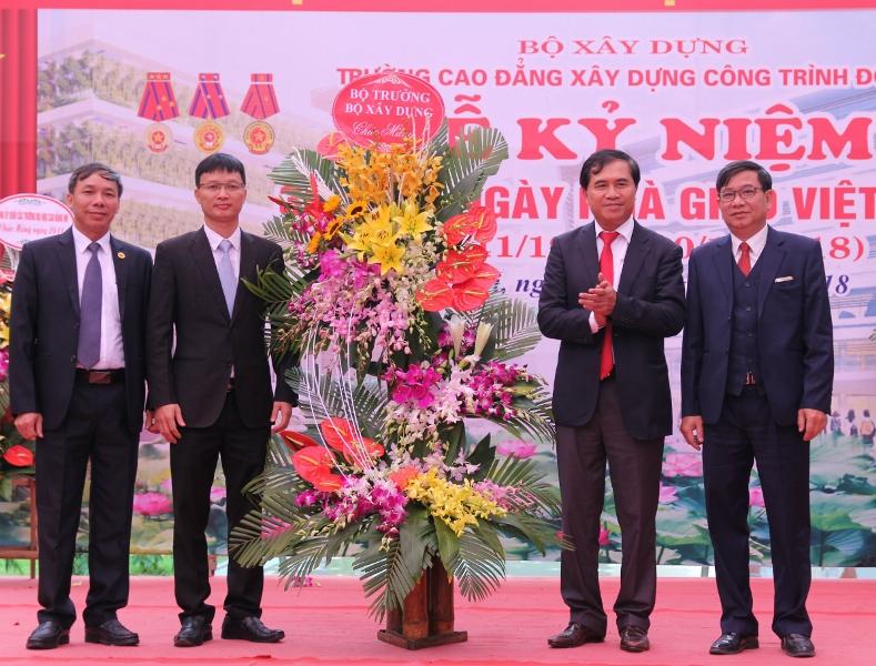 Thứ trưởng Bộ Xây dựng Lê Quang Hùng tặng hoa chúc mừng Trường Cao đẳng Xây dựng công trình đô thị